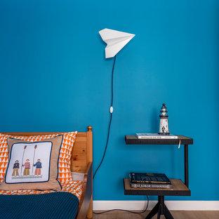 Стильный дизайн: детская среднего размера в морском стиле с синими стенами, спальным местом и светлым паркетным полом для мальчика, ребенка от 1 до 3 лет - последний тренд