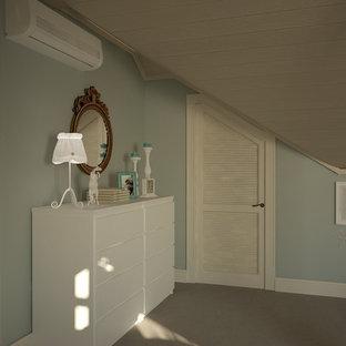 Idée de décoration pour une grande chambre de fille de 4 à 10 ans nordique avec un bureau, un mur multicolore, un sol en liège et un sol blanc.