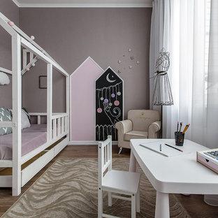 Ispirazione per una piccola cameretta da bambina da 1 a 3 anni nordica con pareti rosa, pavimento in laminato e pavimento beige