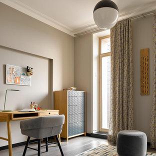 Idee per una cameretta per bambini nordica con pareti grigie, parquet scuro e pavimento marrone