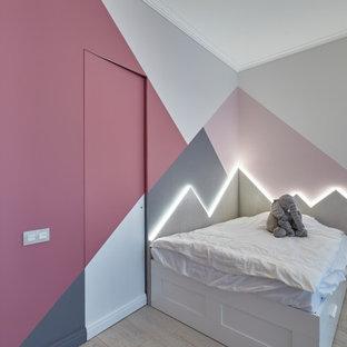 На фото: детская в современном стиле с спальным местом и разноцветными стенами с
