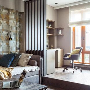 Идея дизайна: большая детская в современном стиле с спальным местом, бежевыми стенами, паркетным полом среднего тона и коричневым полом для подростка, мальчика