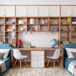 Неиссякаемый источник вдохновения для домашнего уюта: детская среднего размера в стиле современная классика с спальным местом, бежевыми стенами, светлым паркетным полом и бежевым полом для ребенка от 4 до 10 лет, мальчика