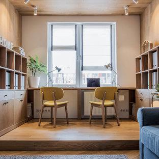 Свежая идея для дизайна: нейтральная детская в современном стиле с рабочим местом, паркетным полом среднего тона, белыми стенами и коричневым полом - отличное фото интерьера