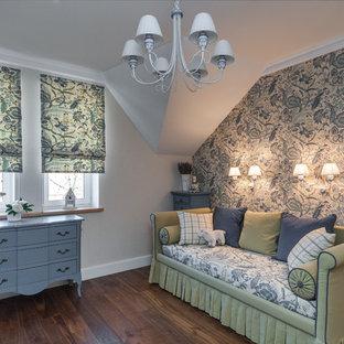 Idéer för ett lantligt flickrum kombinerat med sovrum, med mörkt trägolv och flerfärgade väggar