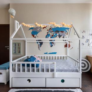 Idee per una cameretta da letto contemporanea con pareti beige, parquet scuro e pavimento marrone