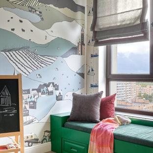 Свежая идея для дизайна: нейтральная детская с игровой в стиле современная классика с светлым паркетным полом, бежевым полом и обоями на стенах для ребенка от 4 до 10 лет - отличное фото интерьера