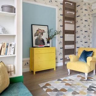 Стильный дизайн: нейтральная детская в стиле современная классика с коричневым полом и обоями на стенах для подростка - последний тренд