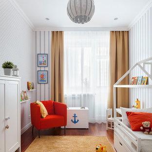 На фото: нейтральная детская в современном стиле с спальным местом, темным паркетным полом и белыми стенами для ребенка от 1 до 3 лет с