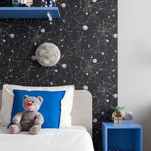 Modern inredning av ett pojkrum kombinerat med sovrum och för 4-10-åringar, med mörkt trägolv och svarta väggar