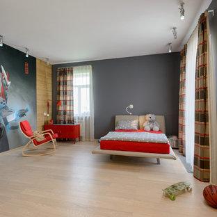 Modernes Kinderzimmer mit Schlafplatz, grauer Wandfarbe und hellem Holzboden in Novosibirsk