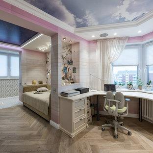 Свежая идея для дизайна: большая детская в стиле фьюжн с рабочим местом, разноцветными стенами и паркетным полом среднего тона для подростка, девочки - отличное фото интерьера