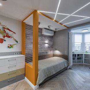 Новый формат декора квартиры: большая детская в современном стиле с спальным местом, разноцветными стенами и паркетным полом среднего тона для подростка, мальчика