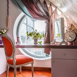 Modernes Kinderzimmer mit Arbeitsecke, weißer Wandfarbe, braunem Holzboden und rotem Boden in Sonstige