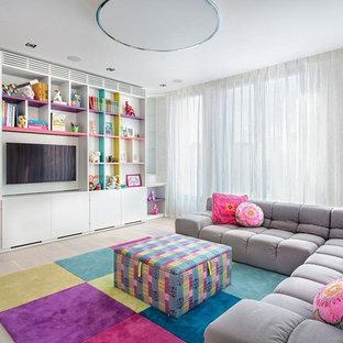 Свежая идея для дизайна: детская с игровой в современном стиле с белыми стенами, светлым паркетным полом и бежевым полом для девочки, ребенка от 4 до 10 лет - отличное фото интерьера