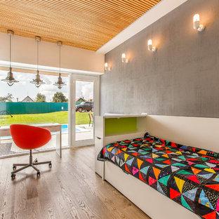 Новый формат декора квартиры: нейтральная детская в современном стиле с спальным местом, серыми стенами и паркетным полом среднего тона для подростка