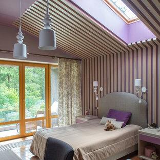 Идея дизайна: детская среднего размера в современном стиле с спальным местом, фиолетовыми стенами, коричневым полом и паркетным полом среднего тона для ребенка от 4 до 10 лет, девочки