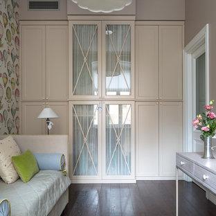 Idee per una cameretta per bambini chic con pareti beige, parquet scuro e pavimento marrone