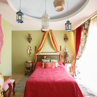 Foto på ett litet orientaliskt barnrum kombinerat med sovrum, med beige väggar, travertin golv och beiget golv