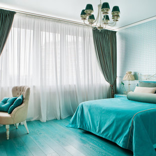 Großes Klassisches Jugendzimmer mit blauer Wandfarbe, gebeiztem Holzboden, Schlafplatz und türkisem Boden in Moskau