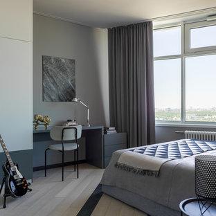Свежая идея для дизайна: большая детская в современном стиле с серыми стенами, спальным местом, светлым паркетным полом, бежевым полом и правильным освещением для подростка, мальчика - отличное фото интерьера