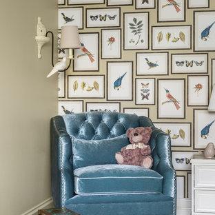 Esempio di una cameretta per bambini da 4 a 10 anni tradizionale di medie dimensioni con pareti beige, parquet scuro, pavimento marrone, soffitto a cassettoni e carta da parati
