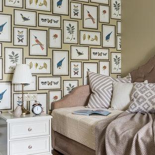 Ispirazione per una cameretta per bambini da 4 a 10 anni classica di medie dimensioni con pareti gialle, pavimento in legno massello medio, pavimento marrone, soffitto a cassettoni e carta da parati