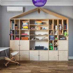 Свежая идея для дизайна: детская в скандинавском стиле с рабочим местом, серыми стенами, паркетным полом среднего тона и коричневым полом для мальчика - отличное фото интерьера