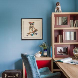 Идея дизайна: детская в стиле современная классика с синими стенами, рабочим местом и паркетным полом среднего тона для ребенка от 4 до 10 лет, мальчика