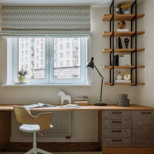 Свежая идея для дизайна: детская в скандинавском стиле с рабочим местом, белыми стенами, паркетным полом среднего тона и коричневым полом - отличное фото интерьера