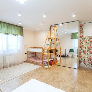 Idées déco pour une grande chambre d'enfant de 4 à 10 ans industrielle avec un mur beige, un sol en liège et un sol marron.