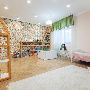 Idée de décoration pour une grande chambre d'enfant de 4 à 10 ans urbaine avec un mur beige, un sol en liège et un sol marron.