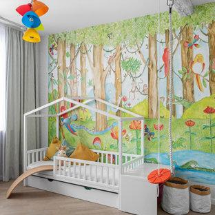 На фото: большая нейтральная детская в современном стиле с спальным местом, разноцветными стенами, светлым паркетным полом и бежевым полом для ребенка от 1 до 3 лет