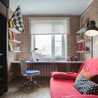 Ispirazione per una cameretta per bambini da 4 a 10 anni industriale con parquet scuro e pareti multicolore