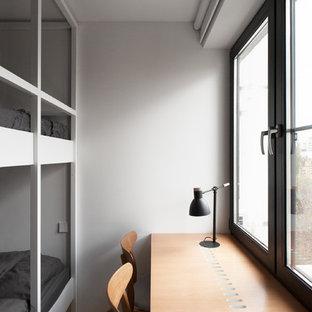 Стильный дизайн: нейтральная детская в скандинавском стиле с белыми стенами и рабочим местом - последний тренд