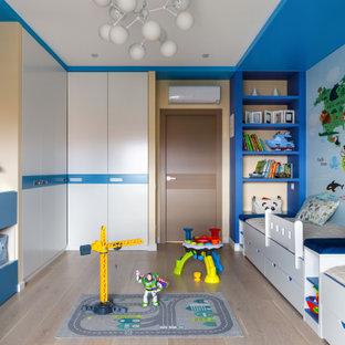 Inspiration för ett funkis pojkrum för 4-10-åringar, med blå väggar, ljust trägolv och beiget golv
