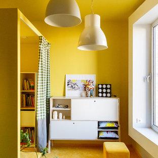 Imagen de dormitorio infantil contemporáneo con paredes amarillas, moqueta y suelo amarillo