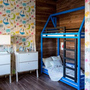 Стильный дизайн: нейтральная детская в современном стиле с спальным местом, разноцветными стенами, темным паркетным полом и коричневым полом для ребенка от 4 до 10 лет - последний тренд