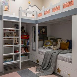 Пример оригинального дизайна: маленькая нейтральная детская с спальным местом, паркетным полом среднего тона, серым полом и бежевыми стенами для ребенка от 4 до 10 лет