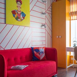 На фото: детская в стиле фьюжн с разноцветными стенами и коричневым полом для девочки с