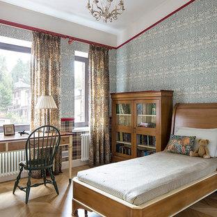 Ispirazione per una cameretta da bambino da 4 a 10 anni vittoriana con pareti blu e parquet chiaro