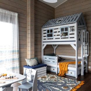 Свежая идея для дизайна: нейтральная детская среднего размера в современном стиле с спальным местом, коричневыми стенами, темным паркетным полом и коричневым полом - отличное фото интерьера