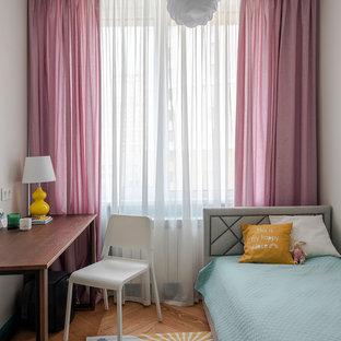 Réalisation d'une petite chambre d'enfant de 4 à 10 ans avec un mur blanc, un sol en bois brun et un sol marron.