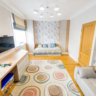 Idéer för stora vintage pojkrum, med grå väggar, mellanmörkt trägolv och gult golv
