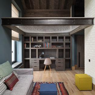 Idée de décoration pour une grand chambre de garçon urbaine avec un mur bleu.