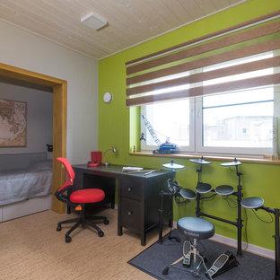 Aménagement d'une chambre d'ado contemporaine avec un bureau, un sol en liège et un mur multicolore.