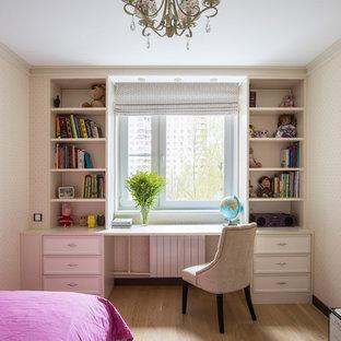 Klassisches Kinderzimmer mit Arbeitsecke, beiger Wandfarbe und hellem Holzboden in Moskau