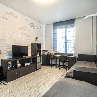 Ispirazione per una piccola cameretta per bambini nordica con pareti blu, pavimento in laminato, pavimento beige e carta da parati