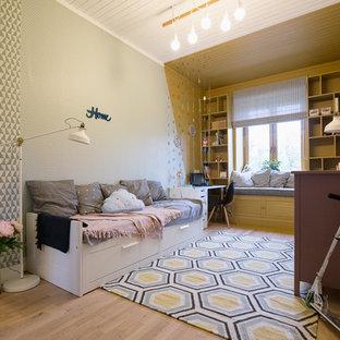 Großes Nordisches Jugendzimmer mit bunten Wänden und hellem Holzboden in Sonstige