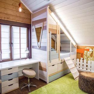 Inspiration för ett lantligt könsneutralt barnrum, med bruna väggar, mörkt trägolv och brunt golv